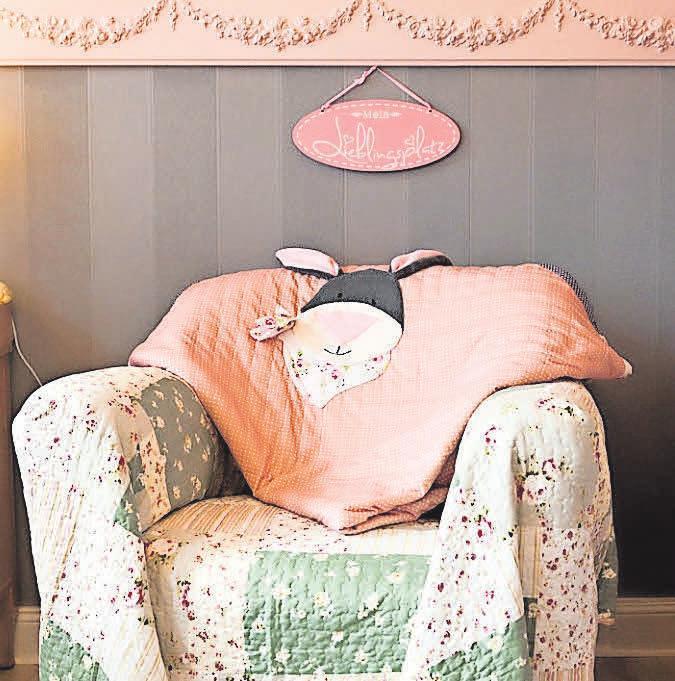Der Sessel ergänzt den Raum mit englischer Papiertapete und Zierprofilen perfekt. FOTOS: TORBEN SCHRÖTER