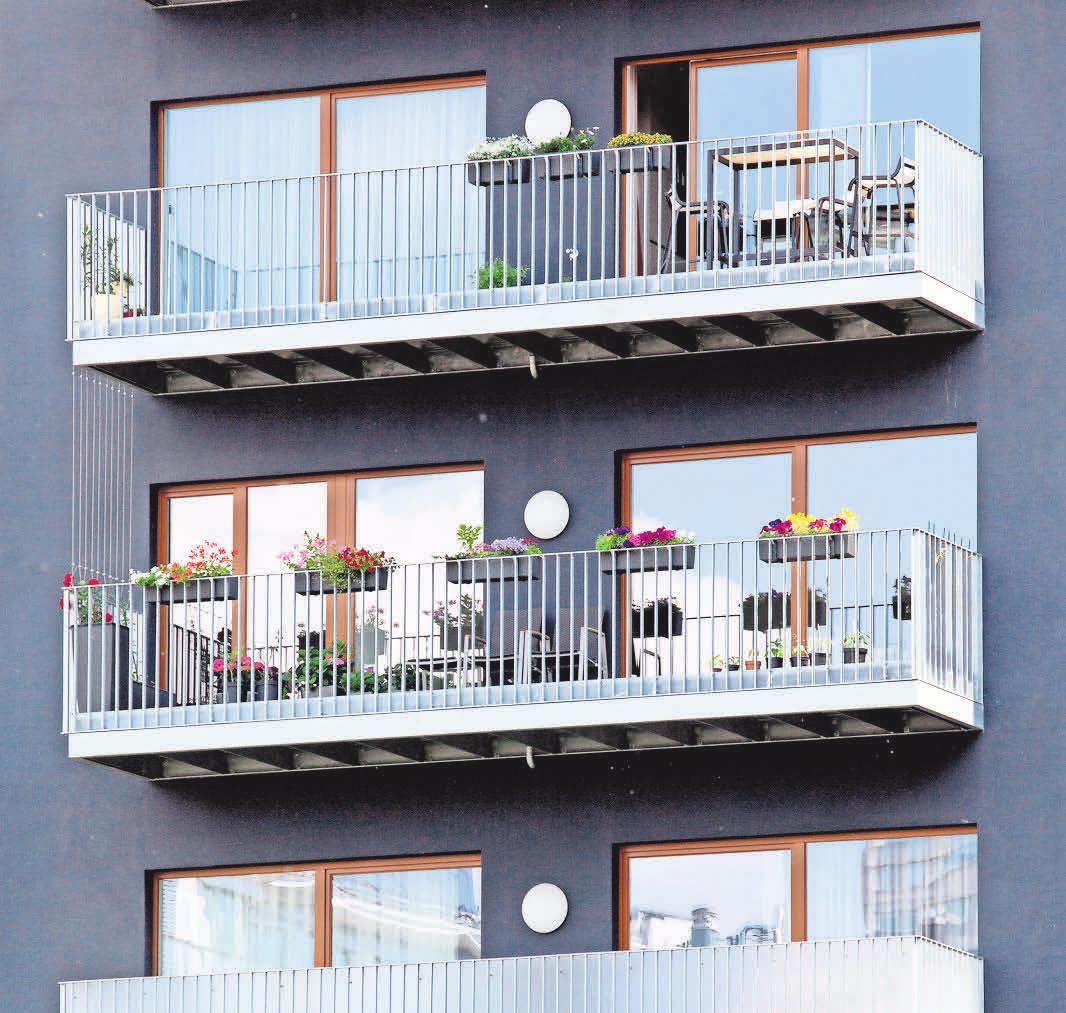 Breite Schiebefenster machen den Zugang zum Balkon einfach und lassen zudem viel Licht in die Wohnung. Foto: Bodo Marks/dpa-tmn