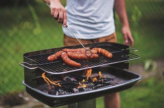 """Neben den Klassikern """"der Roten"""" und saftigem Steak gibt es noch viele weitere Grillspezialitäten beim Metzger zu entdecken. Archivbild: A. Raths - stock.adobe.com"""