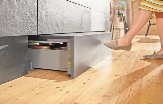 Sockellösung mit Mehrwert: Dank integrierter Trittfläche kommt man mühelos auch an Staugut oben im Hochschrank. Foto: AMK