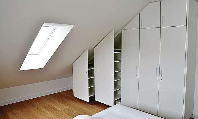 Passgenaue Einbauschränke sorgen für ausreichend Stauraum und nutzen auch den Platz unter den Dachschrägen.FOTO: KATHRIN WILBERT, HFR