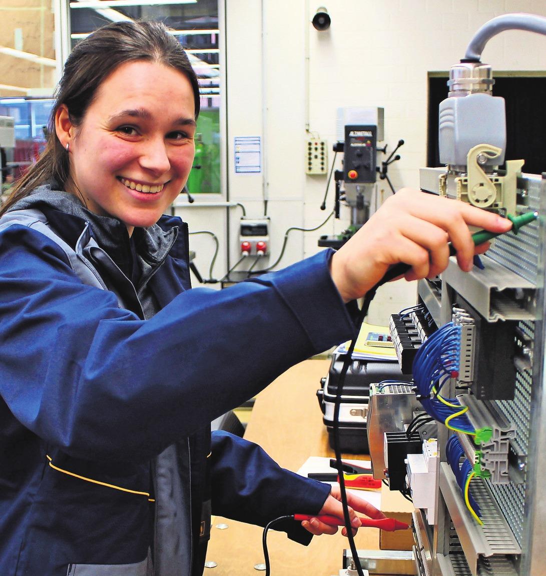 Lässt Strom fließen – Katrin Knödler wird Elektronikerin für Betriebstechnik. Foto: Netze BW
