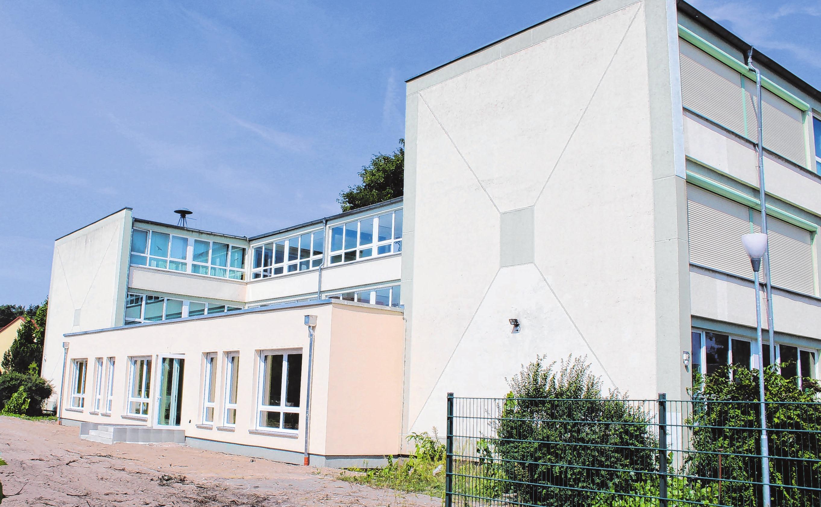 Auf den einstöckigen Anbau wird die Stadt Premnitz sechs weitere Horträume in zwei Etagen bauen. Foto: Archiv/Bohm