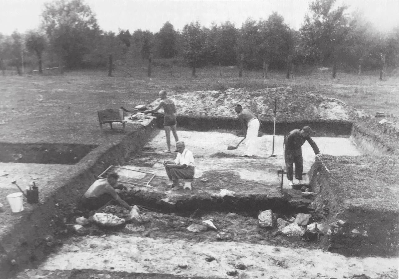 """Ausgrabung am 18. Juni 1946. Fotos (4): Repro aus der """"Geschichte Vorsfeldes"""", Stadtarchiv Wolfsburg"""
