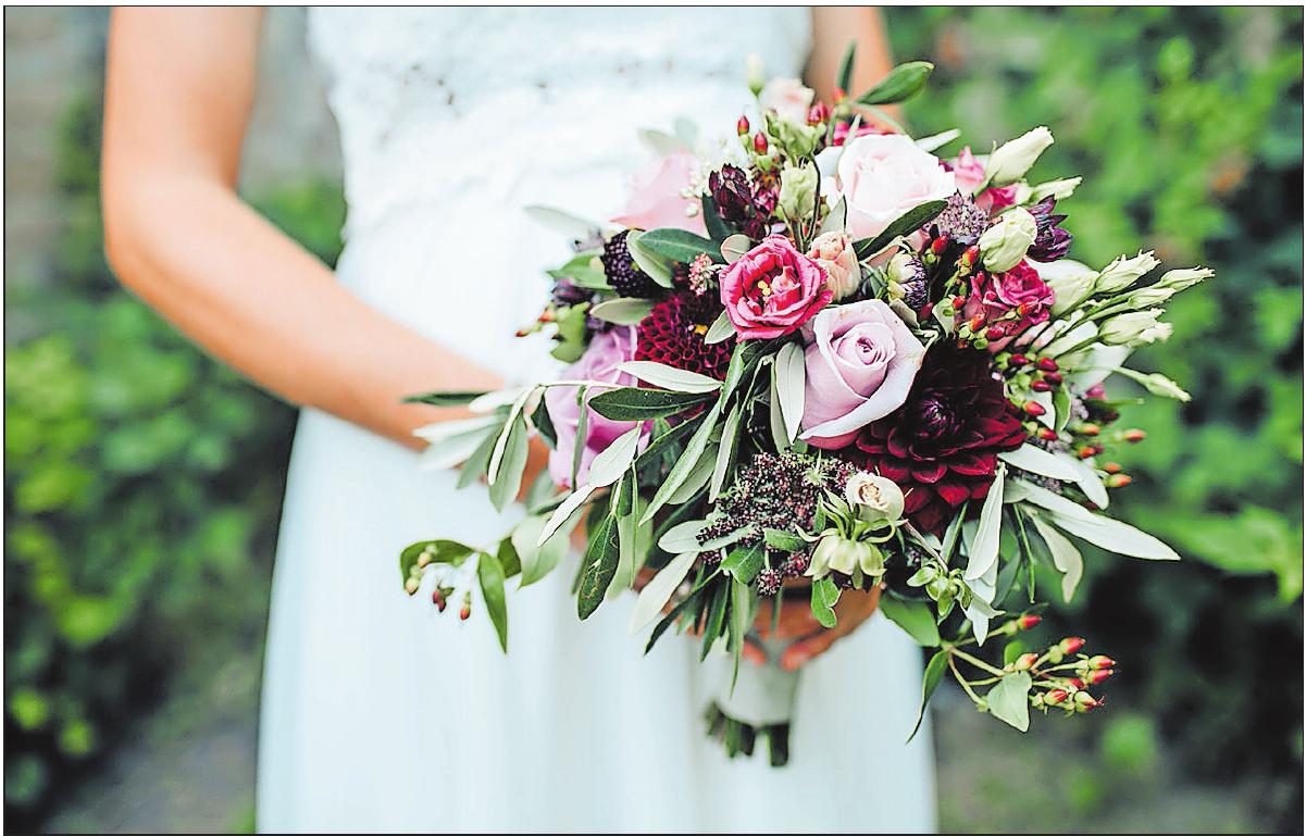 Liegen bei Hochzeiten weiterhin im Trend: Rosen.FOTO: BEA RIETZ - GLOOMY LIGHT PHOTOGRAPHY/FREI