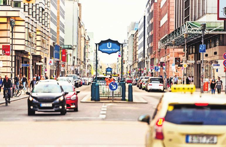 Gerade im komplexen Stadtverkehr brauchen zunehmend automatisiert fahrende Fahrzeuge eine höchst präzise Umfelderfassung. Zum Einsatz kommen dafür innovative Radar- und Videosensoren. Foto: djd / Getty Images