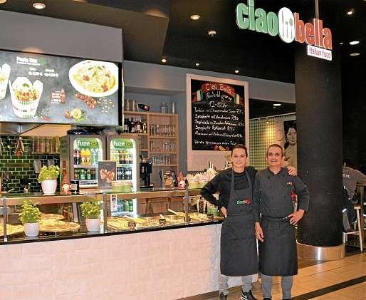 Nico Funke und Vater Gian Paolo Carta sorgen für gute Laune beim Essen und bringen italienisches Flair in den Sophienhof. FOTO:REG