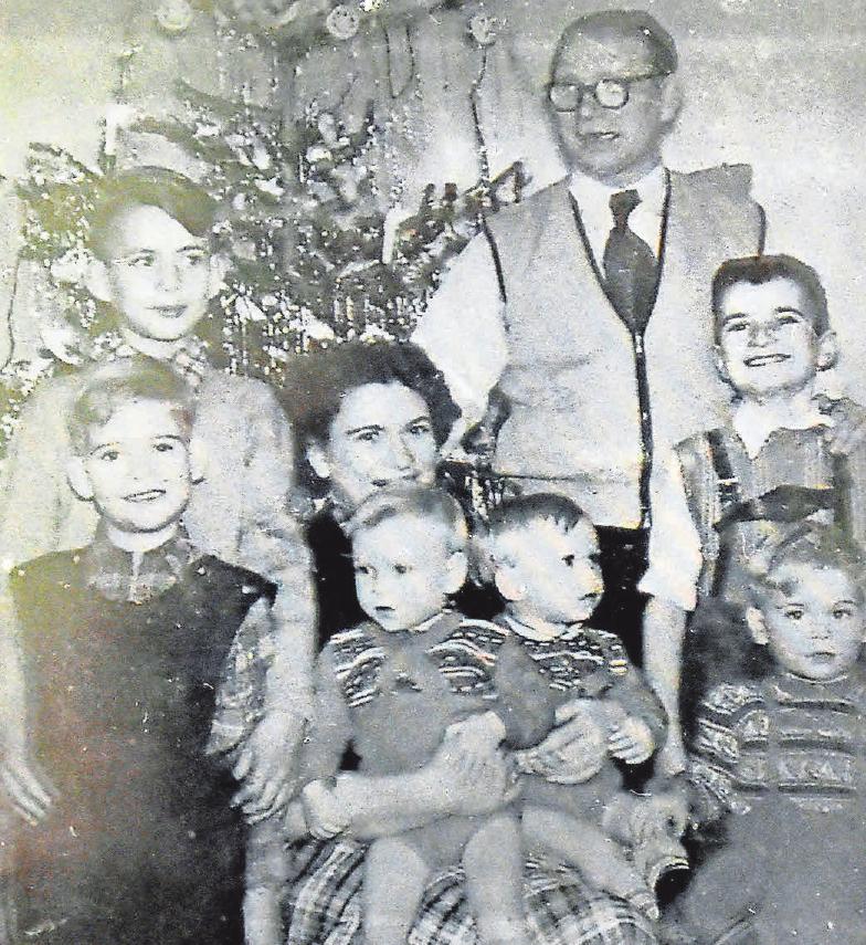 Kindheitserinnerung mit Seltenheitswert: Dies ist das einzige Foto der ganzen Familie Werner vor dem mit Lametta behängten Christbaum. Foto: hfr