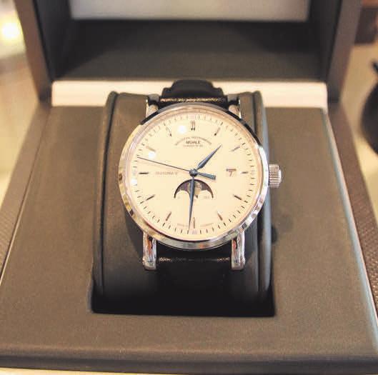 Die Teutonia IV Mondphase von Mühle-Glashütte ist mehr als ein Zeitmesser. Die edle Uhr gibt den Blick auf den blauen Jubiläumsrotor frei.