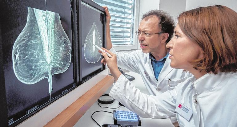 Ärzte prüfen den Befund nach dem Mammographie-Screening. FOTO: V. WILD/KOOPERATIONSGEM. MAMMOGRAPHIE
