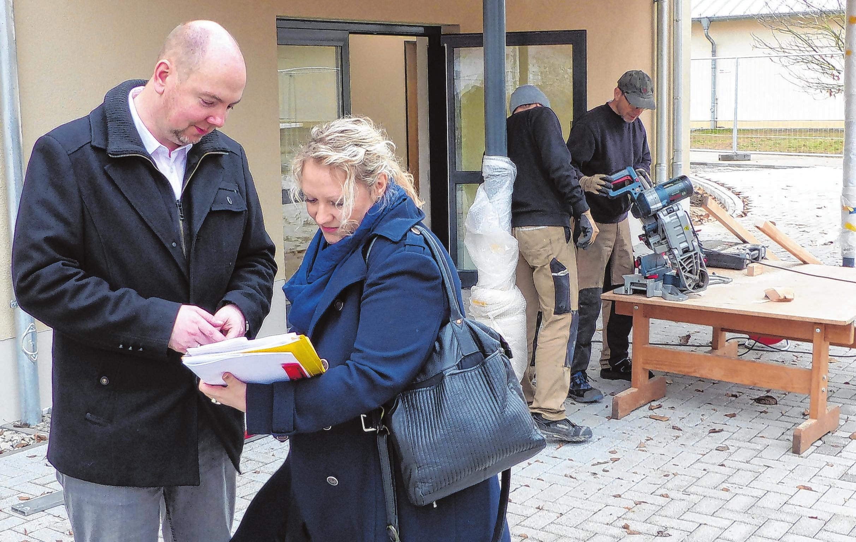Annika van Dahl, im Amt Schlaubetal als Sachbearbeiterin Hochbau tätig, und Amtsdirektor Matthias Vogel beim Vor-Ort-Termin Ende November. Fotos (4): Jörg Kotterba