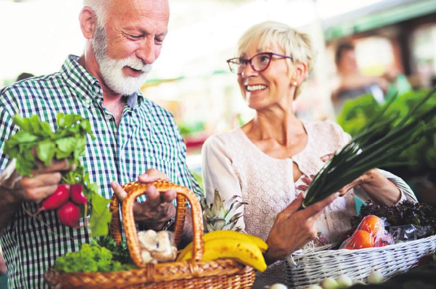 Im Alter kann es zu Vitamin-B12-Mangel kommen – eine ausgewogene Ernährung kann dem entgegenwirken Bild: NDABCREATIVITY/stock.adobe.com