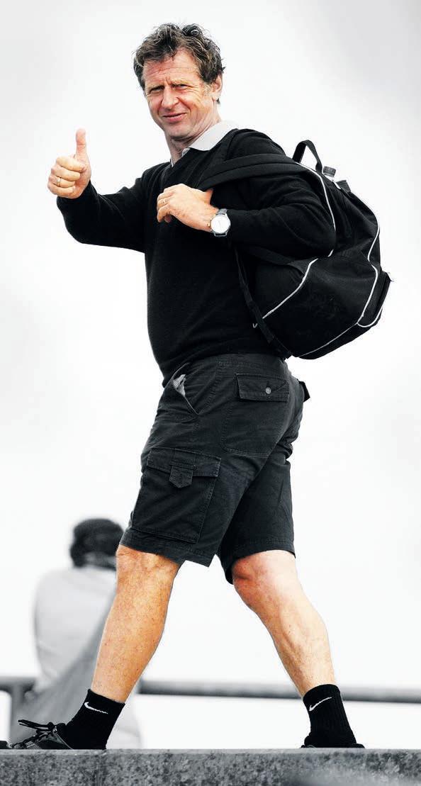 """DER REISENDE: Er kam nach Wolfsburg, schlug hier in der Region Wurzeln – und war doch immer wieder unterwegs. Als Trainer arbeitete Uwe Erkenbrecher in ganz Deutschland, vom hohen Norden (Lübeck) bis Baden-Württemberg (Reutlingen), von Thüringen (Jena) bis in den Westen (Essen). Dreimal ging es auch ins Ausland – als Co-Trainer von Roland Koch bei Esteghlal Teheran im Iran sowie als Chefcoach bei Cenderawasih Papua FC in Indonesien und JK Tammeka Tartu in Estland. Vor allem die Zeit im Baltikum hatte es ihm angetan: """"Seitdem liebe ich dieses Land!"""""""