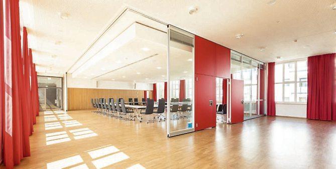 Das Herzstück: der neue große Sitzungssaal mit seinen roten Vorhängen. Bilder: Angela Hammer