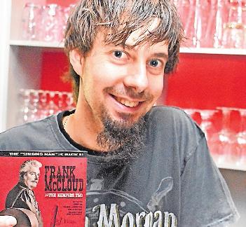 Gießkännchenwirt Michael Ruf zeigt die neue CD von Frank McCloud. FOTO: ENK