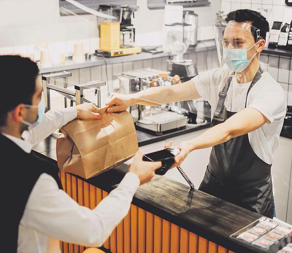 Bei Click & Collect wird die Bestellung – etwa ein leckeres Essen – vor Ort abgeholt Bild: muse studio/stock.adobe.com