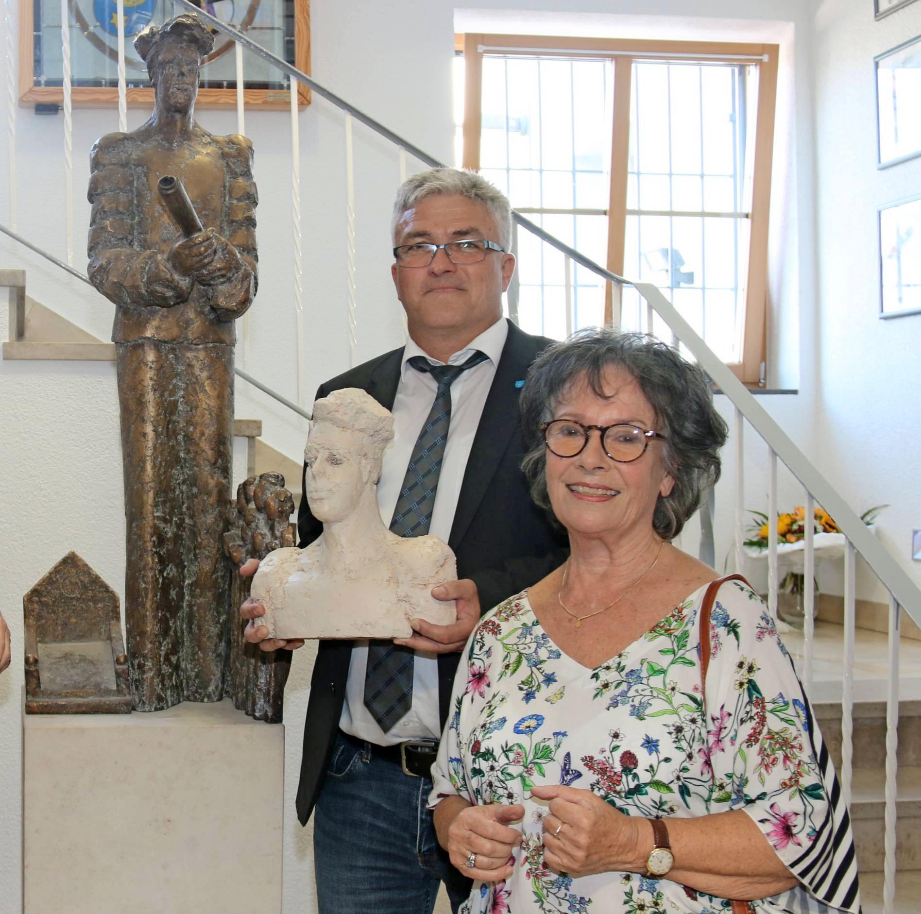 Eberwin ist nach Hause zurückgekehrt: Bildhauerin Ingrid Jäger bei der offiziellen Übergabe der neuen Skulptur an Ortsvorsteher Andreas Gastgeb. Foto: privat