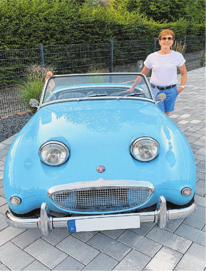 """In Begleitung einer Freundin geht Silke Schirra mit ihrem blauen """"Frogeye"""" an den Start. Foto: privat"""