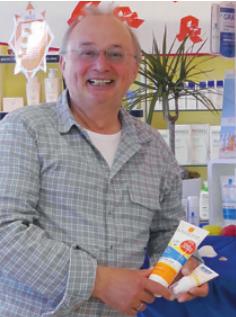 Apotheker Hans Hackland aus Barmstedt verkauft Sonnenschutz mit Garantie
