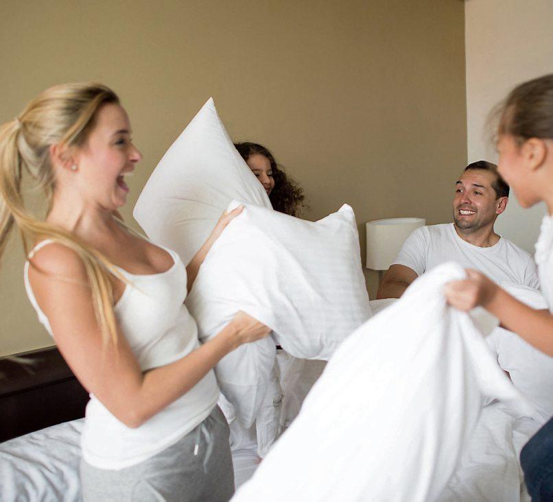 Mein Kissen gebe ich nicht her: Jeder Schlaftyp stellt eigene Anforderungen an ein gutes Nackenstützkissen. Bild: djd/Rummel Matratzen/Getty Images