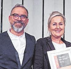 """Foto: Andreas und Karin Kölle freuen sich über die Auszeichnung """"Fliesen-Händler des Jahres 2018"""" in der Kategorie Large. oh"""