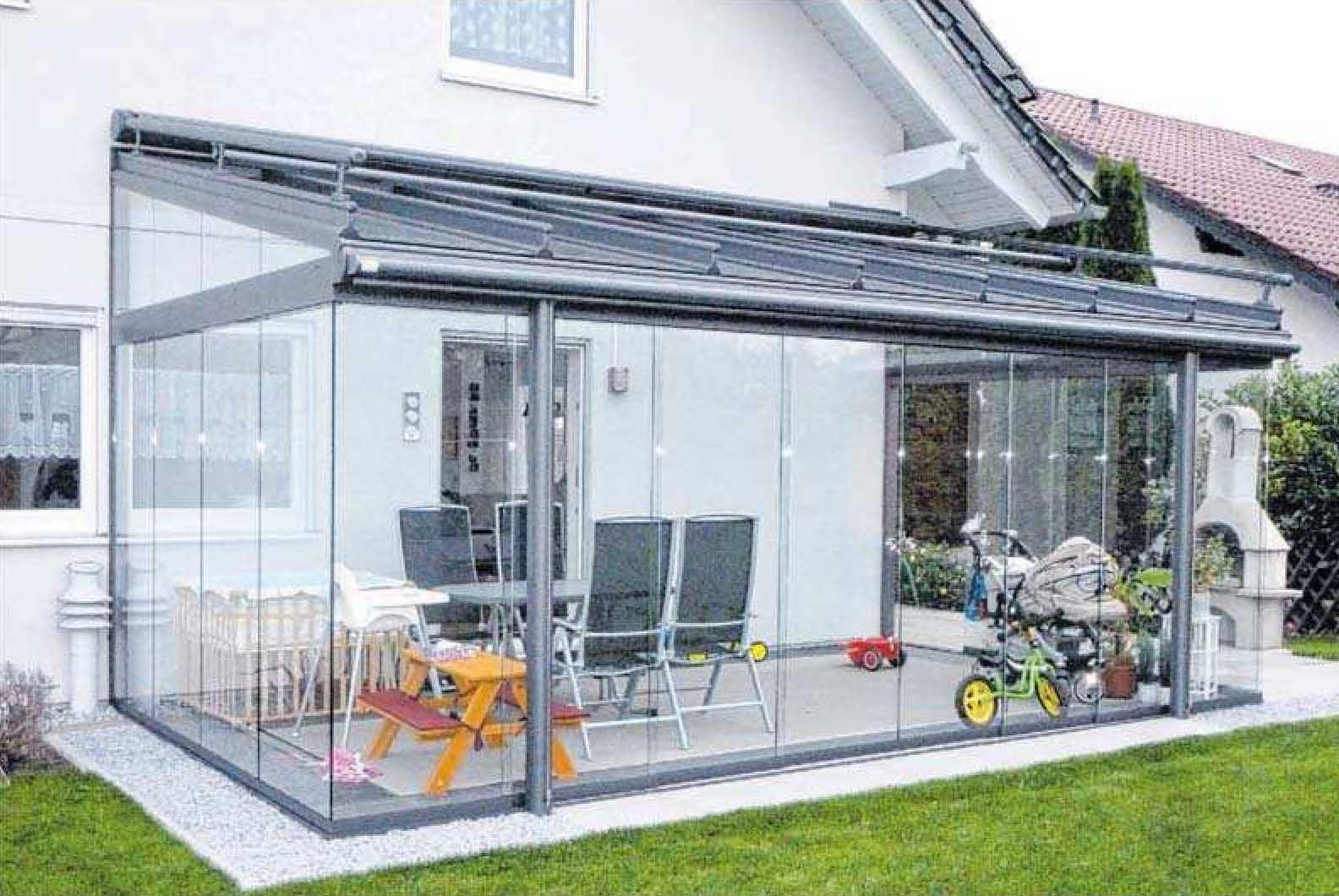 Mit Glaselementen lässt sich im Frühjahr und an kühlen Sommerabenden die Wärme auf der Veranda halten.