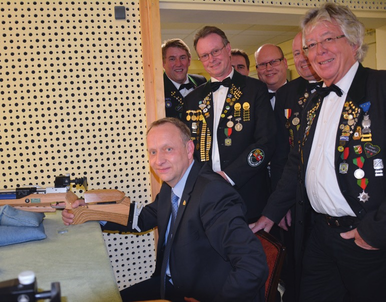 Charity-Schießen – auch Bürgermeister Klaus Saemann war dabei.