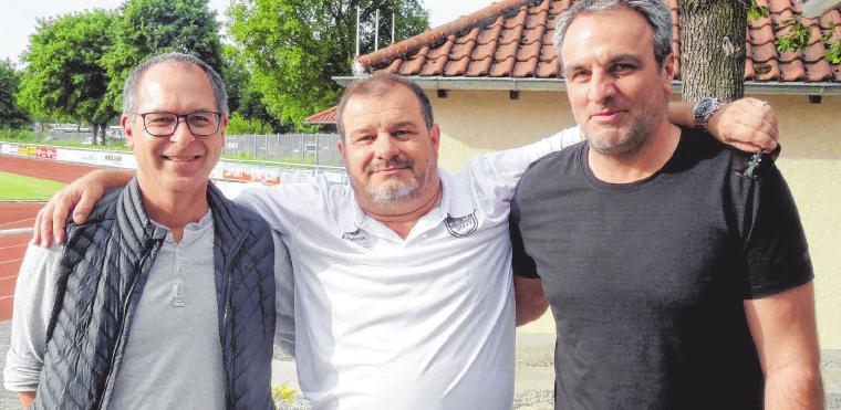Nach dem Spiel gegen Heidenheim trennen sich ihre Wege: (v.l.) 2. Vorsitzender Jürgen Frommeld, 1. Vorsitzender Frank Dinser, Cheftrainer Miroslav Topalusic. FOTO: SCHWARZ