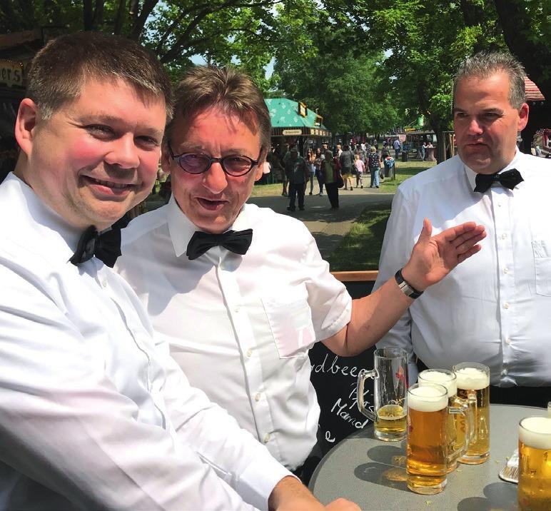 Christian Suchan, Bernd Menzel und Marco Trottner beim Hopfenblütentee.