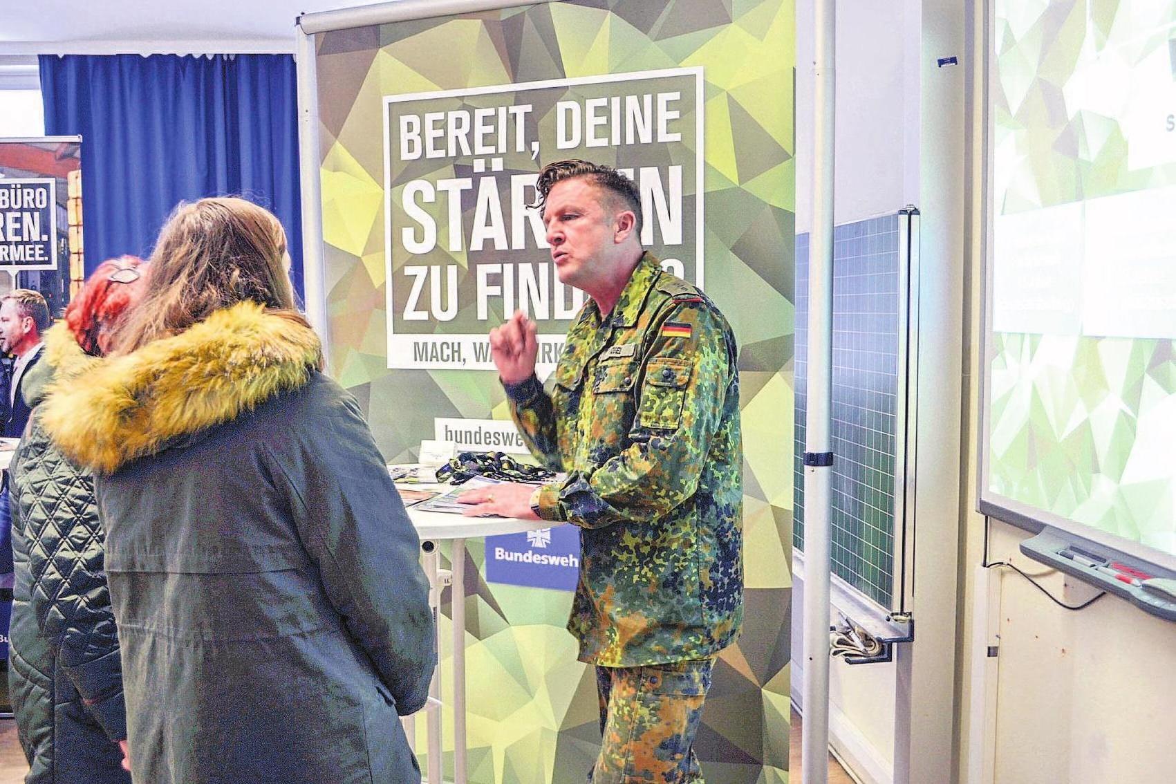 Bundeswehr, Polizei und Behörden geben Auskunft.