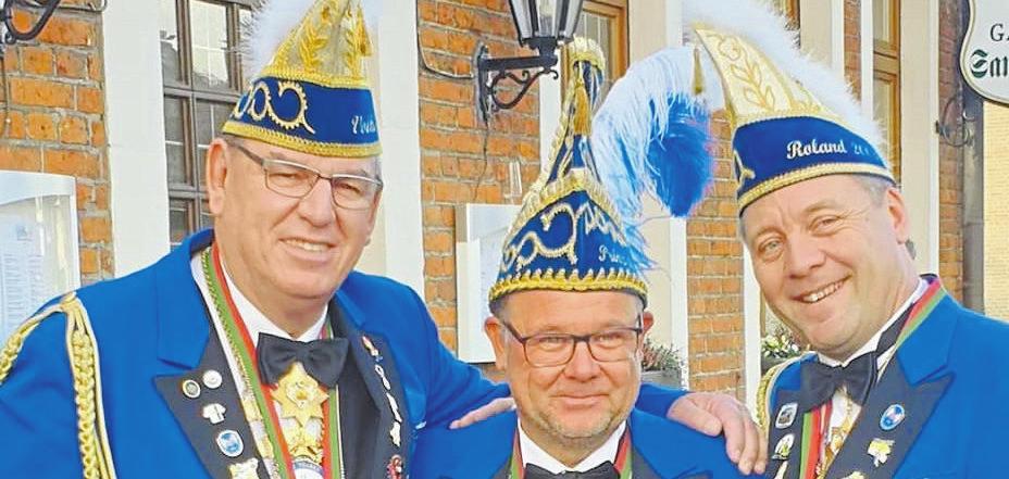 Prinz Ingo II stehen Roland Grünagel (Präsident der KIG) (r.) und Volker Leda (Verbindungsoffizier zur Stadtwache) (l.) zur Seite. Foto: KIG Sprakel