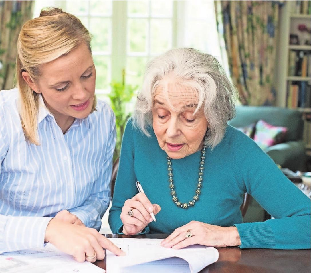 Ältere Menschen sollten das favorisierte Pflegekonzept einmal durchdenken und durchrechnen. Foto: Adobe/Daisy Daisy In