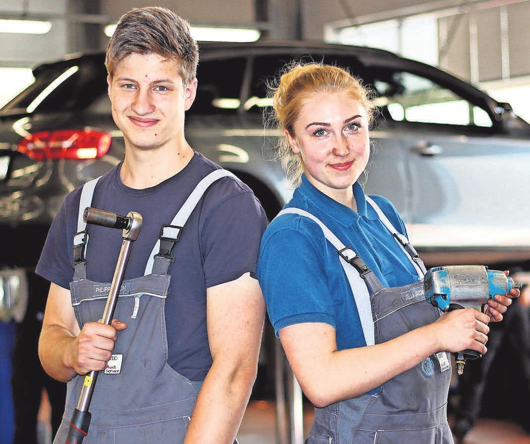 Die Autohaus Evers ist ausgezeichneter Ausbildungsbetrieb. Die angehenden Mechatroniker Philipp Bloch und Jella Jacobsen werden bei ihrer Ausbildung bestens auf die automobile Zukunft vorbereitet. Foto: Philipp Aissen