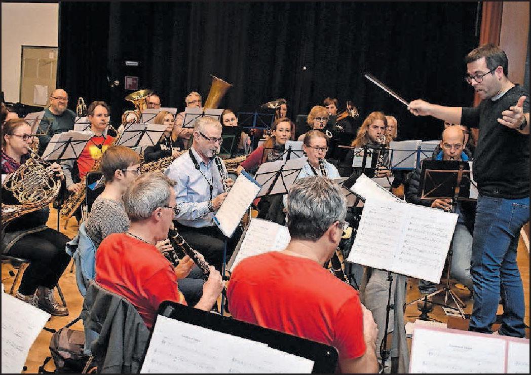 Probt im Bürgerhaus: Das Moderne Blasorchester Kurpfalz Oppau mit Dirigent Dominique Civilotti. FOTO: SCHENK