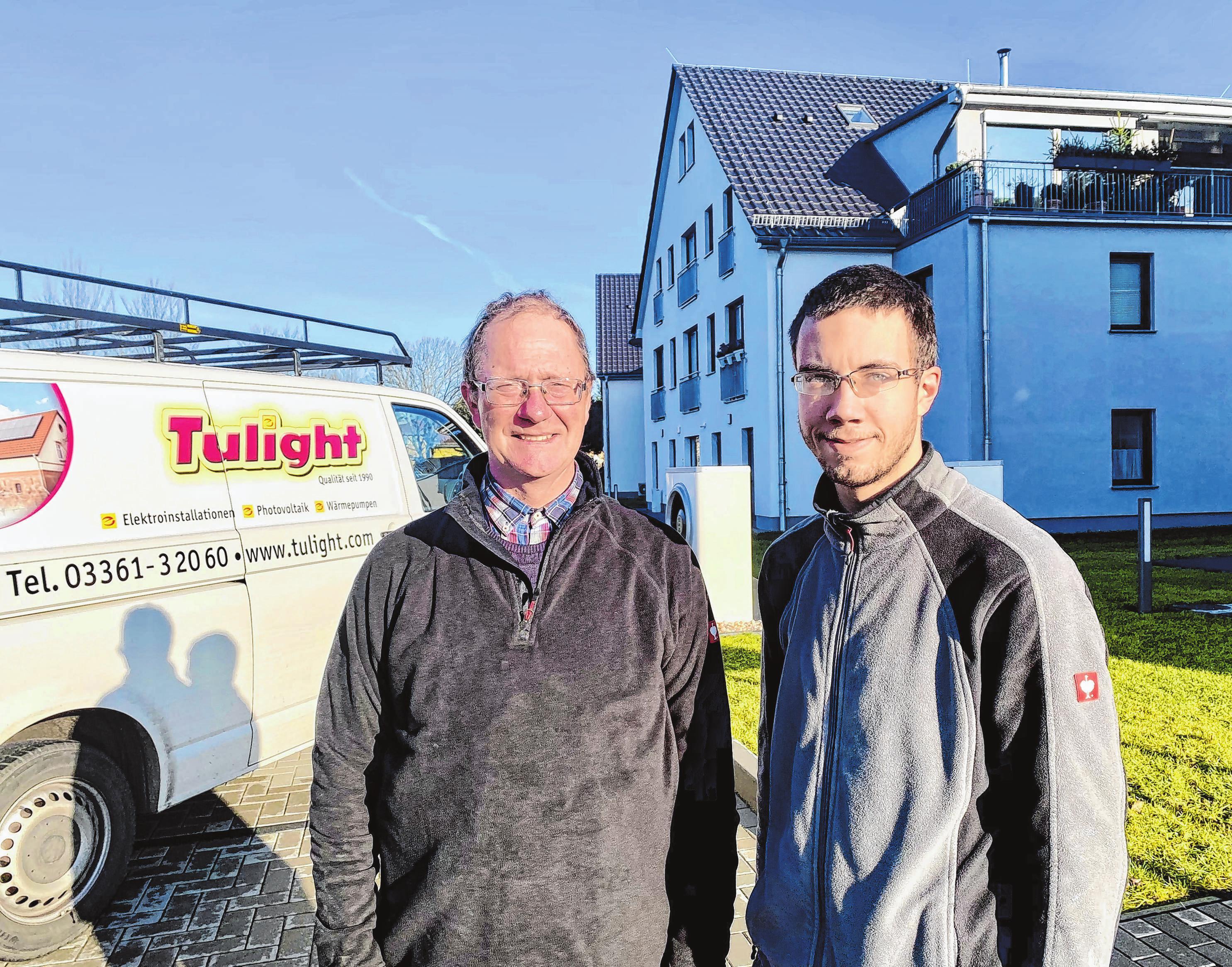 Elektromeister Volkmar Lüdtke arbeitete mit dem Gesellen Kevin Rüdiger kurz vor Weihnachten noch in einem neuen Wohnhaus in Wendisch Rietz. Foto: Alexander Winkler