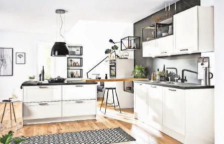 Ein schicker Blickfang: Mit hochglänzenden, weißen Fronten im stylishen Farbmix mit Schwarz und mit reichlich Stauraum präsentiert sich diese maßgeschneiderte Küche. Foto: AMK