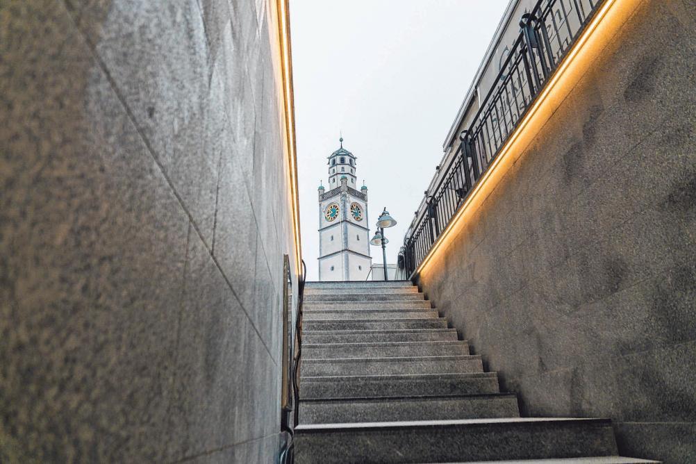 Die Marienplatz-Tiefgarage war in die Jahre gekommen. Aufgrund massiver Mängel wurde sie grundlegend saniert. Bild oben: Der Treppenaufgang ist mit Blick zum Blaserturm. FOTOS: MARIUS HARTINGER