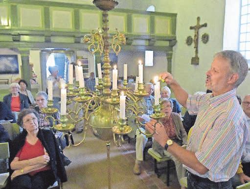 Lichterglanz in der Dorfkirche in Stolpe. FOTO: ROBERT ROESKE