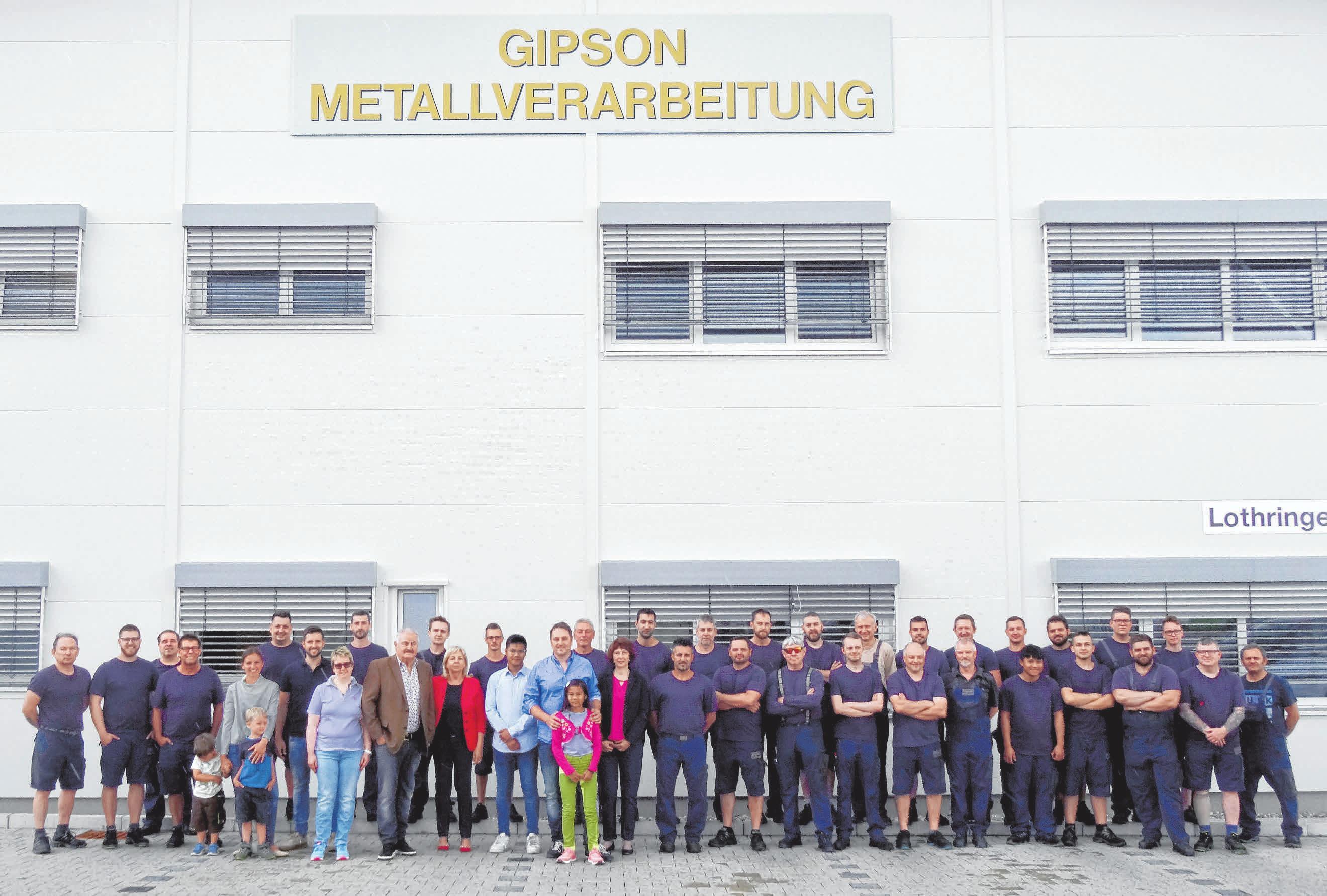 """Erfolg mal 50: Der Großteil der """"Gipson Group"""" hat sich zum Gruppenfoto vor der neuen Werkshalle in der Lothringer Straße versammelt. FOTO: SCHWARZ"""
