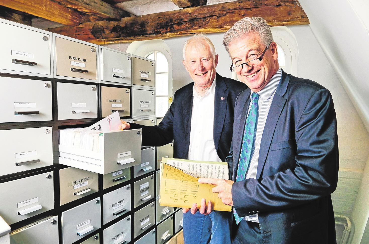Tradition: Norbert Deiters (li.) und Niels Bonn mit typischen Büro-Ordnungssystemen aus dem vergangenen Jahrtausend. FOTO: EFF