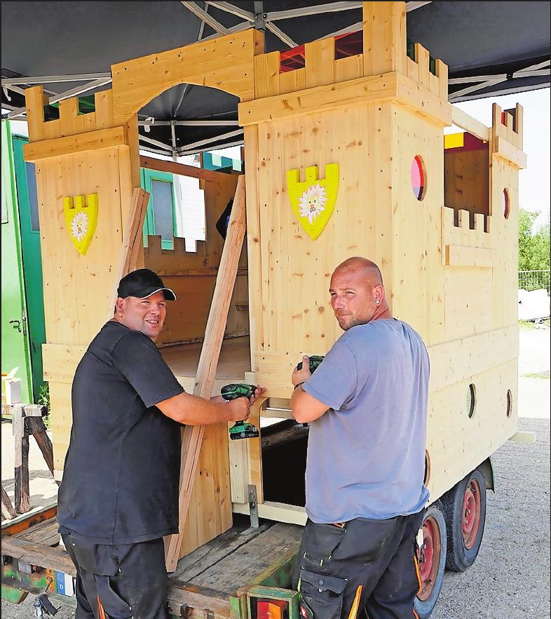 In der Freizeit haben Bauhofsleiter Marcel Schier (links) und Steffen Ehscheid die Kerwewagen der Gemeinde gebaut. FOTO: BOLTE