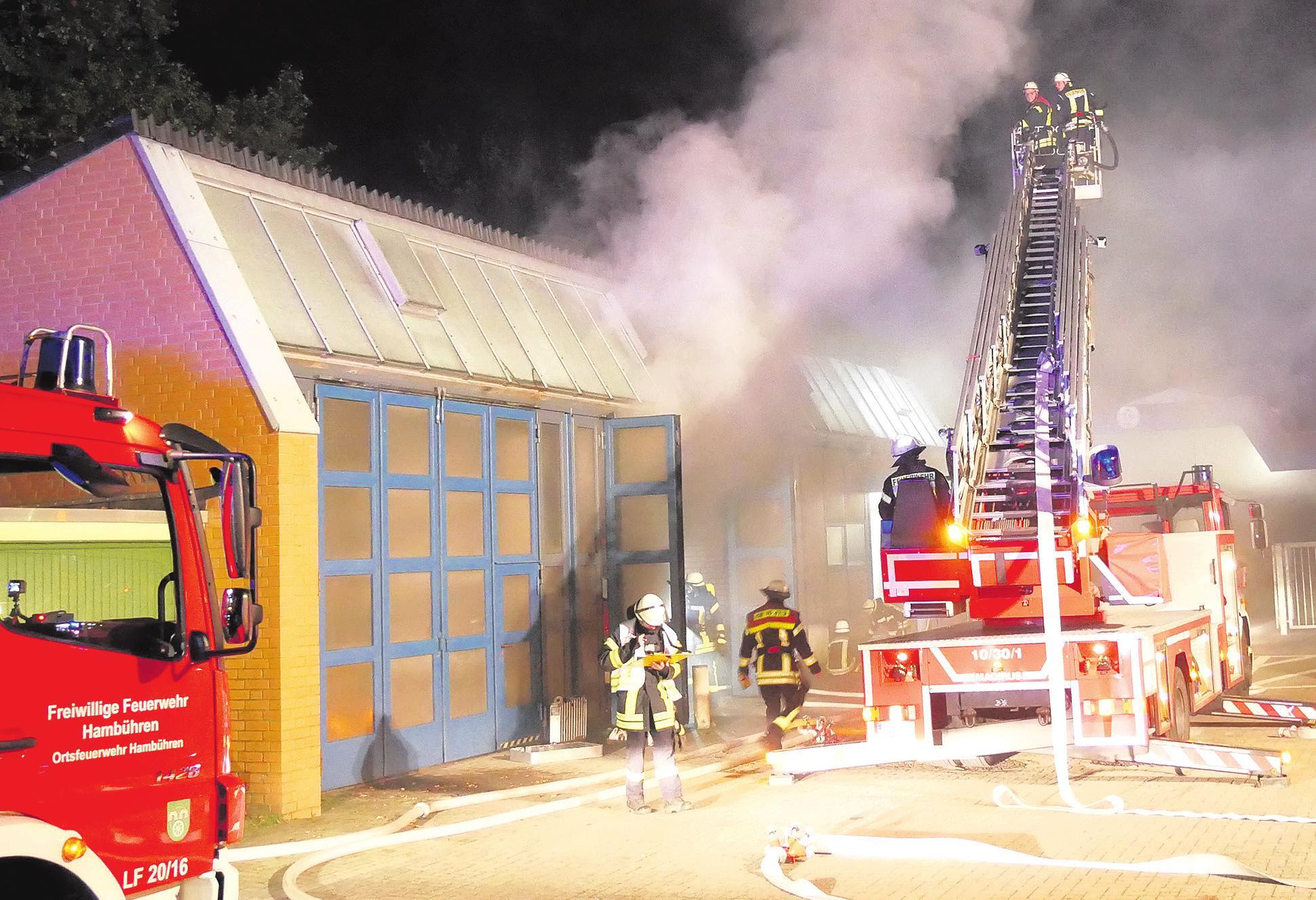 Die Einsatzkräfte der Feuerwehr hatten bei der Übung mehrere Aufgaben abzuarbeiten. Foto: Feuerwehr Celle