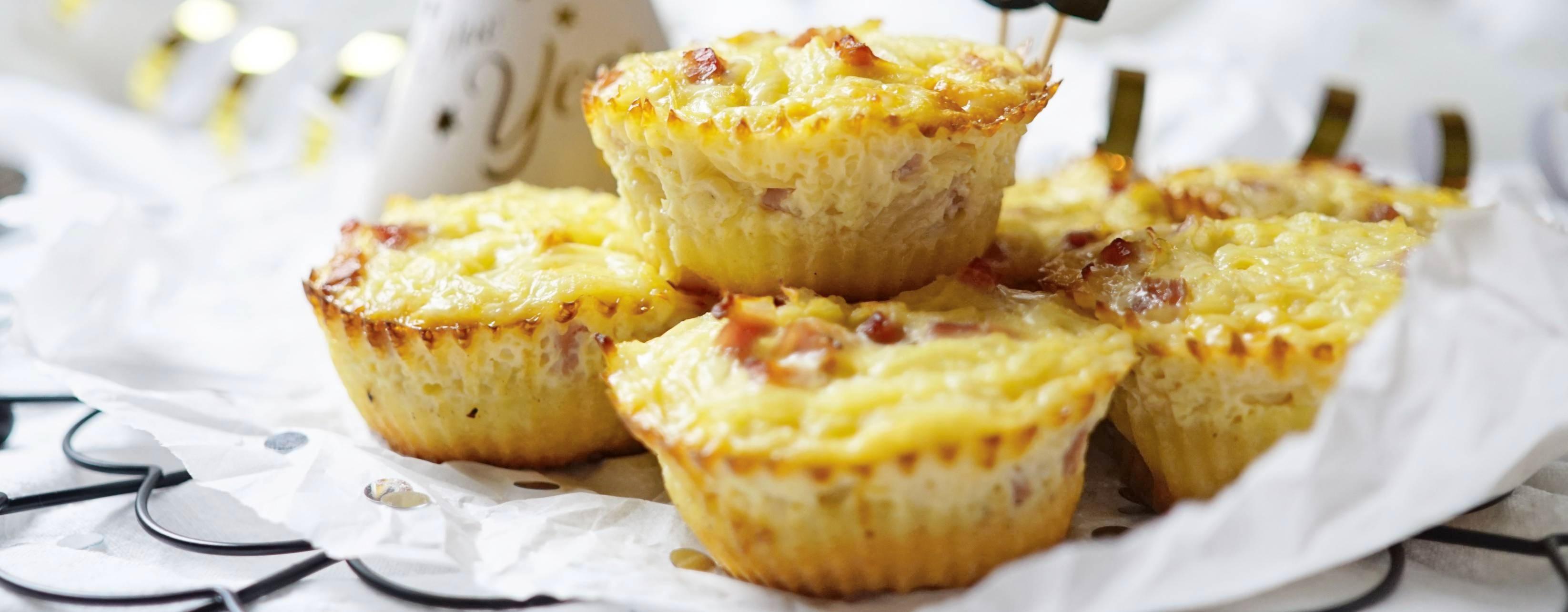 Pikante Muffins lassen sich gut für den Weihnachts-Brunch vorbereiten. Hier eine Variante aus Pizzateig, der mit einer Mischung aus Sahne, Zwiebel, Eier und Käse gefüllt und gebacken wird. Foto: dpa