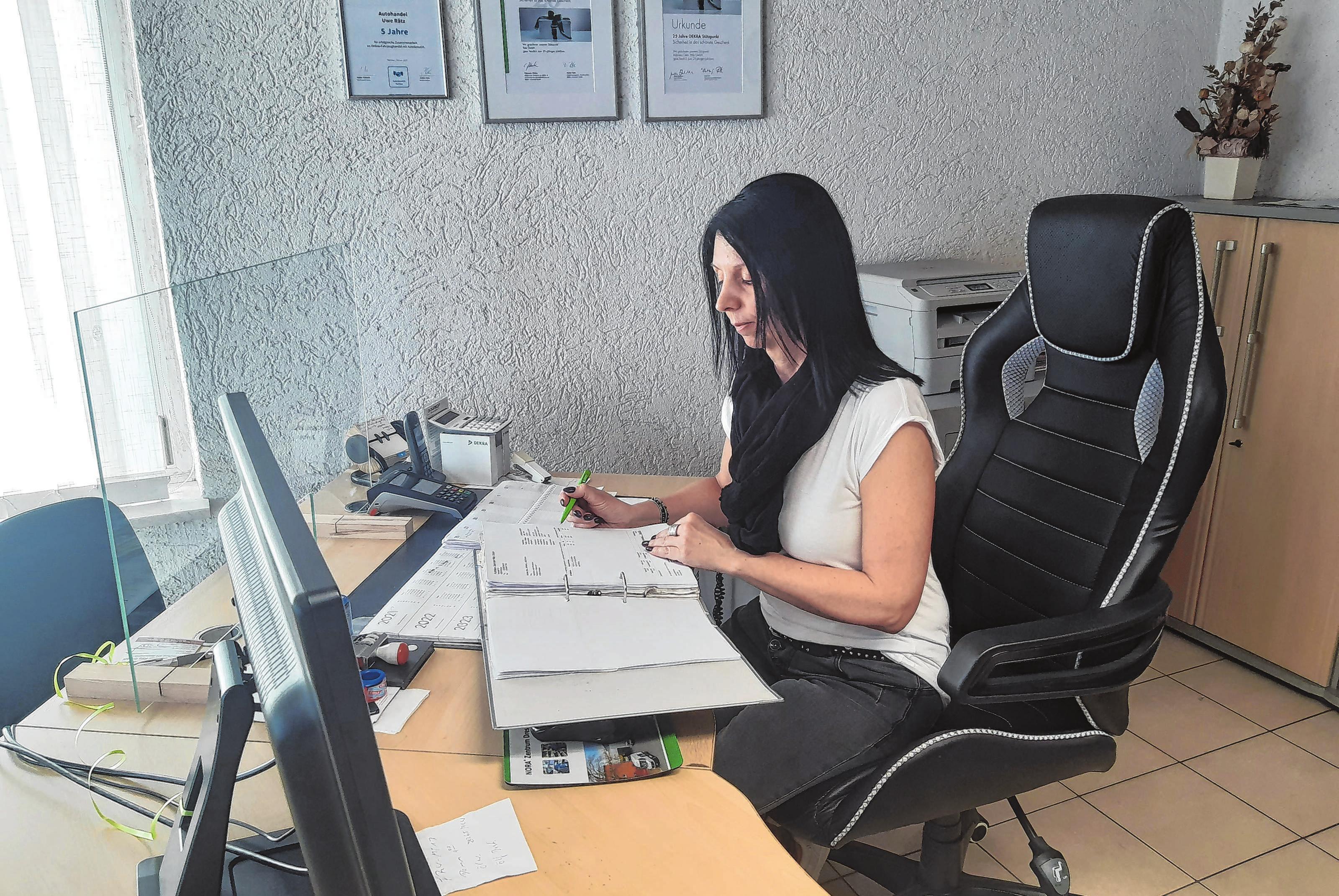 Bei ihr laufen viele Fäden zusammen. Im Büro kümmert sich Kerstin Rätz darum, dass das Geschäft läuft.