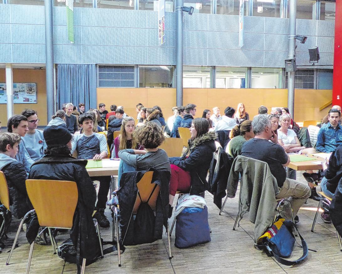 An allen Tischen wird angeregt diskutiert. Obwohl kurzfristig angekündigt war die Veranstaltung in der StS Walddörfer gut besucht