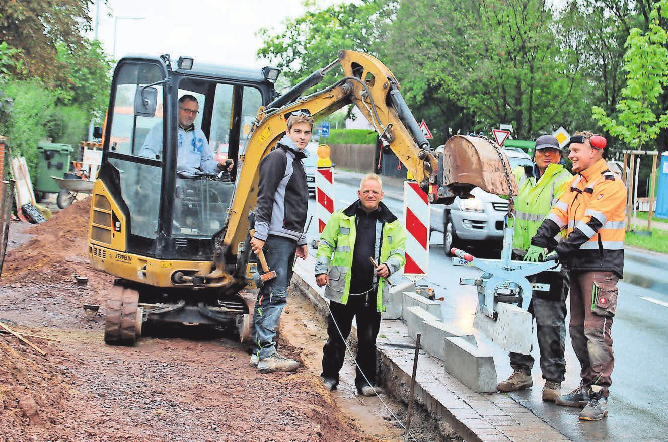 Bei Wind und Wetter: Eine Kolonne der Firma Degenhard, Straßen und Tiefbau GmbH führt Straßenbauarbeiten am Reuterdamm in Langenhagen durch. Sohn Max Degenhard (Zweiter von links) ist mit dabei.