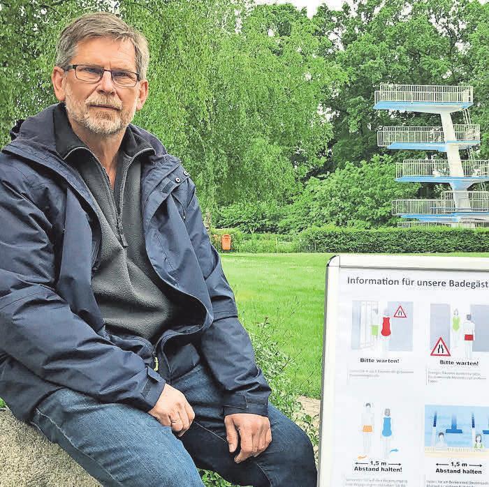 Werner Wiedenroth zeigt die Hinweistafeln zum Verhalten auf dem Gelände.
