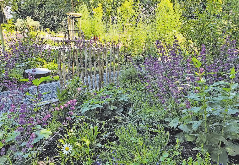 Die von Friedhofsgärtnern gestaltete und bepflanzte Anlage verleiht den Gräbern einen würdigen Rahmen