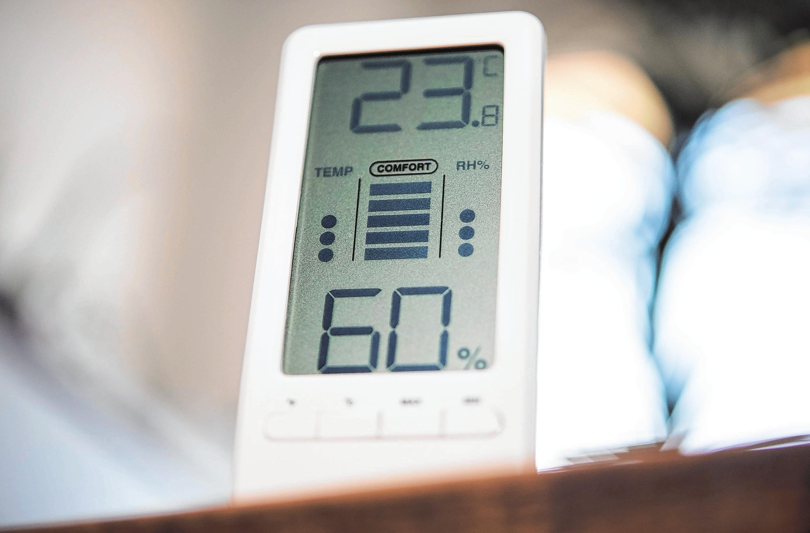 Ein Hygrometer misst die Feuchtigkeit im Wohnraum in Abhängigkeit von der Lufttemperatur. Foto: Robert Günther/dpa-mag