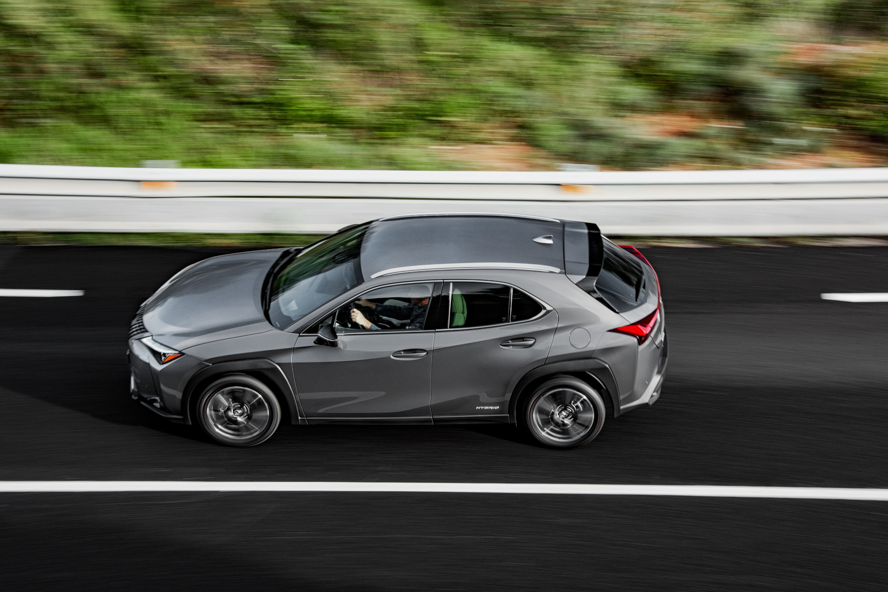 Markant: Die Seitenlinie des Lexus UX wird von kräftigen Sicken und Kanten dominiert.